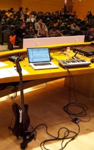 Mi setup: compu, controlador con footswitch y la Wiitar-Custom-Augmented-Guitar-XP3000 Pro